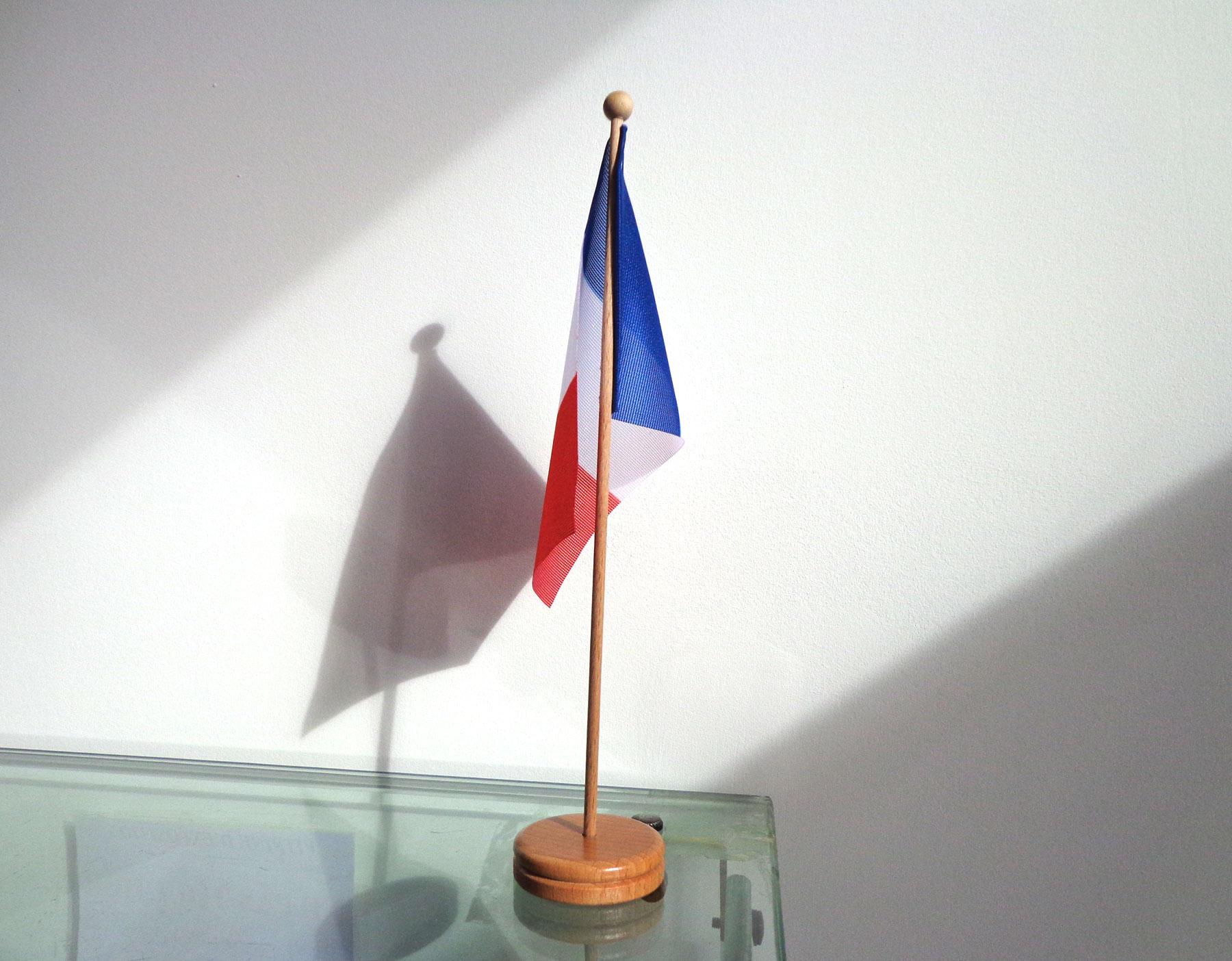 le drapeau de table un support original pour la. Black Bedroom Furniture Sets. Home Design Ideas